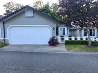 """Photo 1: 5 6488 168 Street in Surrey: Cloverdale BC Townhouse for sale in """"Turnberry"""" (Cloverdale)  : MLS®# R2484606"""
