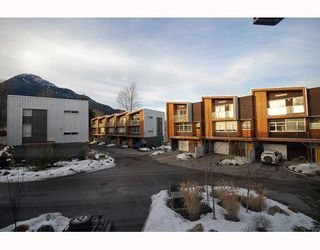"Photo 1: 5 39893 GOVERNMENT Road in Squamish: Northyards Townhouse for sale in ""ELEMENTS"" : MLS®# V750015"