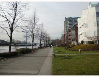 "Photo 2: 220 1150 QUAYSIDE Drive in New Westminster: Quay Condo for sale in ""WESTPORT"" : MLS®# V802014"