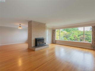 Photo 2: 3985 Hollydene Pl in VICTORIA: SE Arbutus Single Family Detached for sale (Saanich East)  : MLS®# 827429