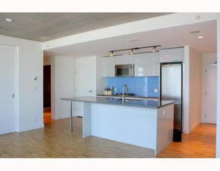 """Photo 1: 2902 128 W CORDOVA Street in Vancouver: Downtown VW Condo for sale in """"WOODWARDS W 43"""" (Vancouver West)  : MLS®# V784693"""