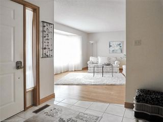 Photo 3: 9 MOCKINGBIRD Crescent in London: South N Residential for sale (South)  : MLS®# 210000