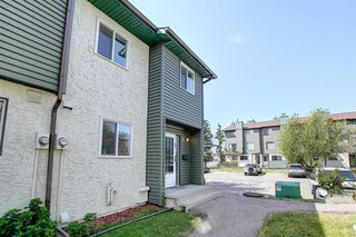 Photo 3: 89 2511 38 Street NE in Calgary: Rundle Row/Townhouse for sale : MLS®# A1022861