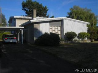 Photo 1: 1701 Carnegie Cres in VICTORIA: SE Lambrick Park Single Family Detached for sale (Saanich East)  : MLS®# 513030