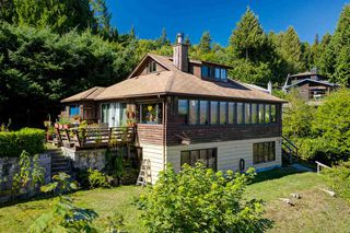 """Photo 3: 1109 POINT Road in Gibsons: Gibsons & Area House for sale in """"HOPKINS BEACH"""" (Sunshine Coast)  : MLS®# R2504996"""