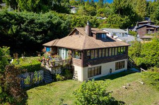 """Photo 2: 1109 POINT Road in Gibsons: Gibsons & Area House for sale in """"HOPKINS BEACH"""" (Sunshine Coast)  : MLS®# R2504996"""