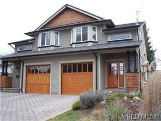 Photo 1: 2520 Cedar Hill Rd in VICTORIA: Vi Oaklands Half Duplex for sale (Victoria)  : MLS®# 557755