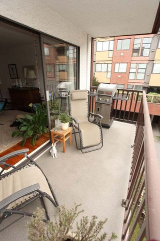 "Photo 15: 212 131 W 4TH Street in North Vancouver: Lower Lonsdale Condo for sale in ""Nottingham Place"" : MLS®# R2239655"