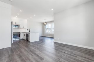 Photo 3: 137 Crestridge Common SW in Calgary: Crestmont Row/Townhouse for sale : MLS®# A1048109