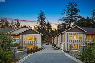 Photo 2: 2 3933 South Valley Dr in VICTORIA: SW Strawberry Vale Row/Townhouse for sale (Saanich West)  : MLS®# 805271