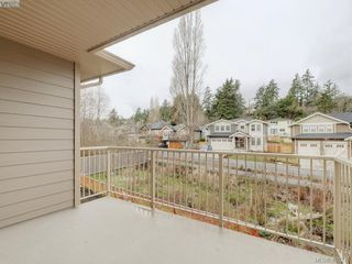 Photo 4: 2 3933 South Valley Drive in VICTORIA: SW Strawberry Vale Row/Townhouse for sale (Saanich West)  : MLS®# 405276
