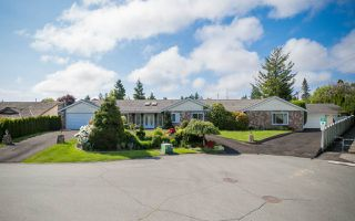 Photo 2: 5438 CANDLEWYCK Wynd in Tsawwassen: Cliff Drive House for sale : MLS®# R2270166
