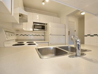 "Photo 9: 307 3638 W BROADWAY Street in Vancouver: Kitsilano Condo for sale in ""CORAL COURT"" (Vancouver West)  : MLS®# R2354211"