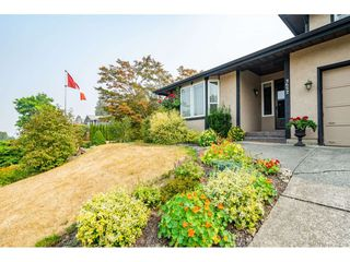 """Photo 2: 3652 DUNSMUIR Way in Abbotsford: Abbotsford East House for sale in """"Bateman"""" : MLS®# R2299092"""