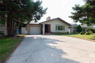 Photo 2: 220 Lake Crescent in Saskatoon: Grosvenor Park Residential for sale : MLS®# SK744275
