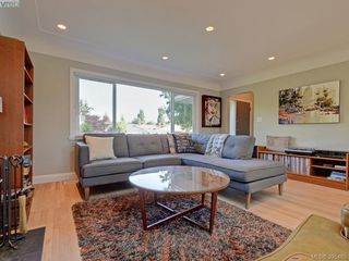 Photo 3: 1941 Carnarvon Street in VICTORIA: SE Camosun Single Family Detached for sale (Saanich East)  : MLS®# 395485