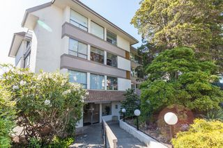 "Main Photo: 206 1341 FOSTER Street: White Rock Condo for sale in ""CYPRESS MANOR"" (South Surrey White Rock)  : MLS®# R2333488"