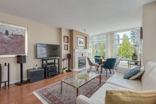 """Photo 6: 606 1199 MARINASIDE Crescent in Vancouver: Yaletown Condo for sale in """"AQUARIUS I"""" (Vancouver West)  : MLS®# R2379533"""