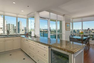 "Photo 6: 1605 1328 MARINASIDE Crescent in Vancouver: Yaletown Condo for sale in ""The Concord"" (Vancouver West)  : MLS®# R2370057"