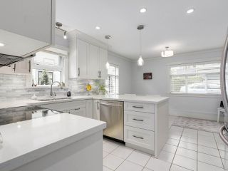 "Photo 8: 38 889 TOBRUCK Avenue in North Vancouver: Hamilton Townhouse for sale in ""TOBRUCK GARDENS"" : MLS®# R2209623"