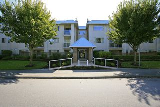 "Photo 2: 304 15338 18 Avenue in White Rock: King George Corridor Condo for sale in ""Parkview Gardens"" (South Surrey White Rock)  : MLS®# R2243887"