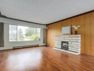 Photo 3: 7038 ELMHURST Drive in Vancouver: Fraserview VE House for sale (Vancouver East)  : MLS®# R2259485