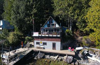 Photo 3: A SEAL BAY in Pitt Meadows: North Meadows PI House for sale : MLS®# R2383657