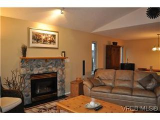 Photo 3: 4073 Borden St in VICTORIA: SE Lake Hill Single Family Detached for sale (Saanich East)  : MLS®# 564638