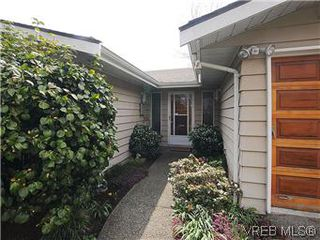 Photo 2: 1255 Mariposa Ave in VICTORIA: SW Strawberry Vale House for sale (Saanich West)  : MLS®# 569284