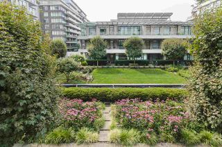 "Photo 16: 405 12 ATHLETES Way in Vancouver: False Creek Condo for sale in ""KAYAK"" (Vancouver West)  : MLS®# R2236470"