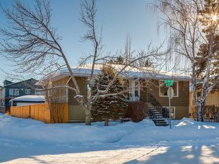 Photo 1: 403 30 Avenue NW in Calgary: Mount Pleasant House for sale : MLS®# C4167342