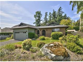 Photo 1: 739 E Viaduct Ave in VICTORIA: SW Royal Oak House for sale (Saanich West)  : MLS®# 581371
