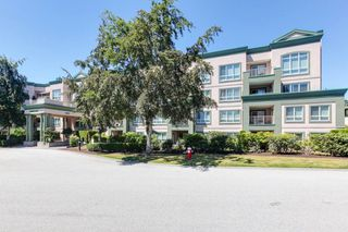 "Photo 2: 421 13880 70 Avenue in Surrey: East Newton Condo for sale in ""Chelsea Gardens"" : MLS®# R2322777"