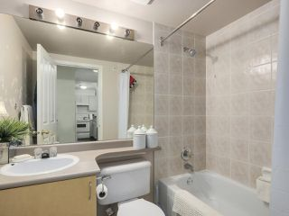 "Photo 12: 406 335 CARNARVON Street in New Westminster: Downtown NW Condo for sale in ""KINGS GARDEN"" : MLS®# R2335928"