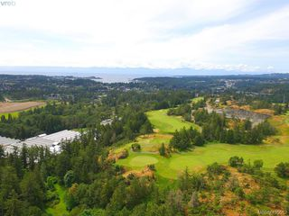 Photo 3: 1716 Woodsend Drive in VICTORIA: SW Granville Single Family Detached for sale (Saanich West)  : MLS®# 405562
