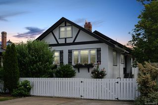 Photo 1: 1883 Monteith St in Oak Bay: OB North Oak Bay House for sale : MLS®# 844825