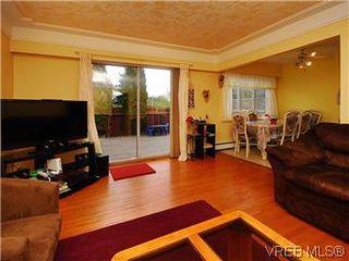 Photo 2: 386 W Burnside Rd in VICTORIA: SW Tillicum Row/Townhouse for sale (Saanich West)  : MLS®# 571261