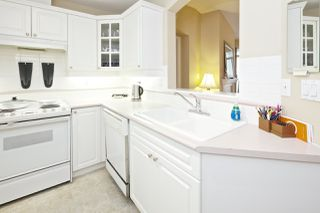 """Photo 8: 212 5835 HAMPTON Place in Vancouver: University VW Condo for sale in """"St. James"""" (Vancouver West)  : MLS®# R2037637"""