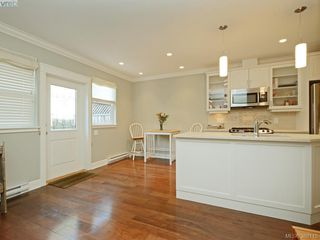 Photo 3: 2 1146 Richardson St in VICTORIA: Vi Fairfield West Condo for sale (Victoria)  : MLS®# 779895