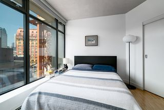 """Photo 4: 908 128 W CORDOVA Street in Vancouver: Downtown VW Condo for sale in """"Woodwards - W43"""" (Vancouver West)  : MLS®# R2396406"""