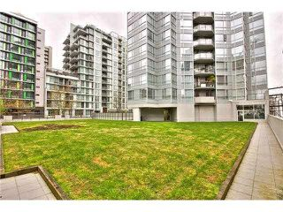 "Photo 15: 304 1212 HOWE Street in Vancouver: Downtown VW Condo for sale in ""1212 HOWE by Wall Financial"" (Vancouver West)  : MLS®# R2221746"