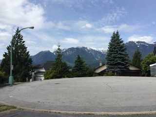 "Photo 3: 1004 TOBERMORY Way in Squamish: Garibaldi Highlands House for sale in ""Garibaldi Highlands"" : MLS®# R2193419"