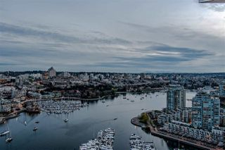 "Photo 5: 3905 1033 MARINASIDE Crescent in Vancouver: Yaletown Condo for sale in ""QUAYWEST"" (Vancouver West)  : MLS®# R2366439"