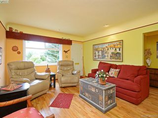 Photo 3: 2434 Dryfe St in VICTORIA: OB Henderson Single Family Detached for sale (Oak Bay)  : MLS®# 764565