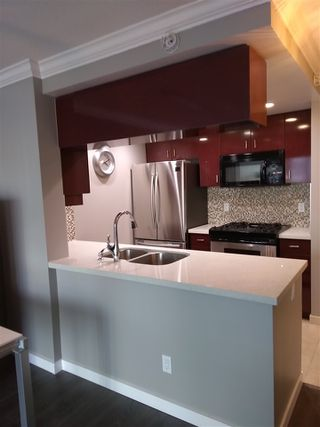 """Photo 1: 502 1033 MARINASIDE Crescent in Vancouver: Yaletown Condo for sale in """"QUAY WEST"""" (Vancouver West)  : MLS®# R2365826"""