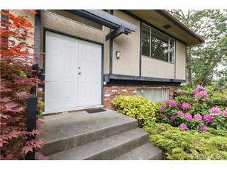 Photo 2: 964 Nicholson St in VICTORIA: SE Lake Hill Single Family Detached for sale (Saanich East)  : MLS®# 732243