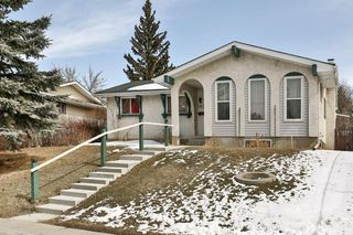 Photo 2: 1916 65 Street NE in Calgary: Pineridge House for sale : MLS®# C4177761