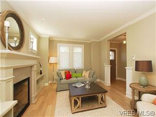 Photo 2: 211 Robertson St in VICTORIA: Vi Fairfield East House for sale (Victoria)  : MLS®# 585604