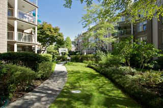 "Photo 39: 401 15340 19A Avenue in Surrey: King George Corridor Condo for sale in ""Stratford Gardens"" (South Surrey White Rock)  : MLS®# F1448318"