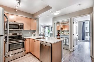Photo 1: 704 680 CLARKSON Street in New Westminster: Downtown NW Condo for sale : MLS®# R2317075